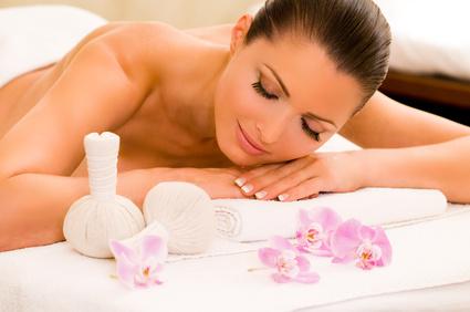 Massage mit Kräuter